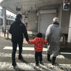 男3世代/おでかけワンショット 男3世代で仲良く手を繋いでお散歩!