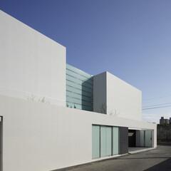 高級邸宅/高級住宅/デザイン住宅/デザイナーズ住宅/豪邸/注文住宅/... コンクリート造の白くてシンプルな外観の住宅