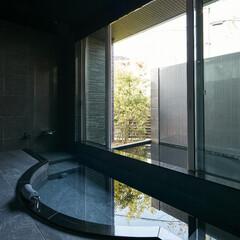 露天風呂/高級邸宅/豪邸/高級住宅/デザイン住宅/デザイナーズ住宅/... 住宅の半露天の浴室で外には池と滝があり、…