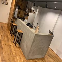 キッチン/モルタルキッチン/カフェ風/無垢の壁/無垢のフローリング/背面収納 モルタルの腰壁でカフェカウンターを演出。