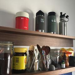 無印良品 キッチンの壁にお気に入りの水筒を並べまし…