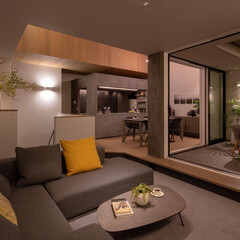 リビング/リビング家具/ソファ/エスティック/フォルマックス/グレーのソファ/... 夜になると間接照明などの柔らかな光が空間…