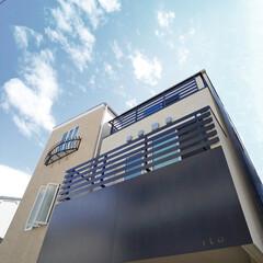 家/不動産・住宅/住まい/家づくり/新築戸建て/戸建て住宅/... 白い外壁と、スチールに塗装のモニュメント…