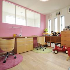 キッズルーム/子供部屋/アクセントウォール/遊び心/かわいい/かわいい部屋/... 子供部屋は北面をピンク色、その南面を水色…