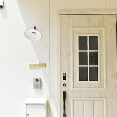玄関/玄関扉/門灯/表札/デザイン/ナチュラル/... 凹っとへっこんだ玄関ポーチ部分。雨に濡れ…