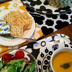 おうちごはん/ごはん/かぼちゃのポタージュ/クリームチーズとクラッカー/ケチャップライス/サラダ/... テスト中の娘とおうちランチ。 冷蔵庫にあ…