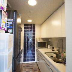 マンション キッチンは奥の壁をブルー色のタイルに、床…