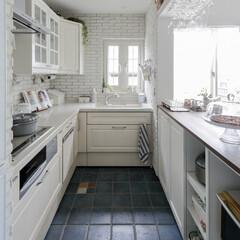 戸建て エレガントな白いキッチンです。デザインを…
