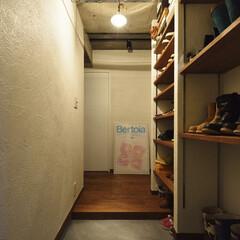 マンション 玄関には天井まで届く収納棚を造作しました…