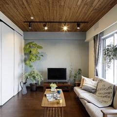 マンション 羽目板貼りの天井がアクセントになっている…