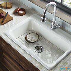 システムキッチン/キッチン/無垢の木/無垢の木のキッチン/ホーロー/タイル/... 鋳物ホーローシンクとタイルの天板は好相性…