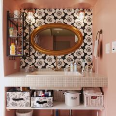 洗面/洗面室/洗面台/洗面ボール/造作洗面/タイル/... クラシックな壁紙とタイルの洗面台がマッチ…