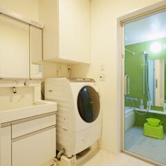 アーバン/LDK/開放的/開放感/カラフル/洗面/... トイレと洗面は床・壁面の内装を統一。洗濯…