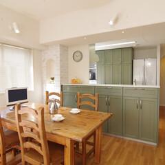 地中海/オリーブグリーン/対面キッチン/オープンキッチン/珪藻土/アーチ天井/... オープンカウンター式のキッチンになりLD…