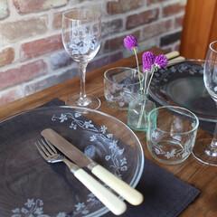 ワイングラス/サンドブラスト/ガラス工房/小鉢/リサイクル瓶/テーブルコーディネート/... プレート、ワイングラス、小鉢にスミレの …