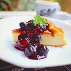 チーズケーキ/ケーキ/ミックスベリー/ブルックリンカフェ風食器/エスプレッソ ミックスベリーソースをたっぷりかけた ベ…