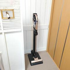 コードレス掃除機/掃除機スタンド/掃除機置き場/板壁風/ラティスDIY/掃除機収納 新しく購入した、HITACHIのコードレ…