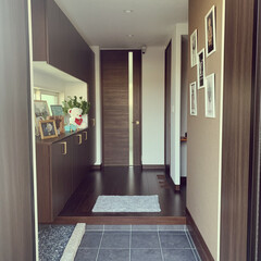 玄関ディスプレイ/ディスプレイ/Tiffany/LOUIS VUITTON/アートパネル/玉砂利/... 玄関です😆 収納の上下に間接照明用に電源…