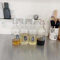 モノトーンインテリア/調味料収納/シンプルインテリア/キッチン収納/IKEA/イケア アイデアにIKEAのガラスボトルを使用し…