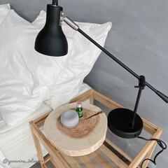 アロマオイル/香りのある暮らし/無印良品/IKEA/サイドテーブル/テーブルランプ ベッドサイドには読書灯とアロマストーンと…