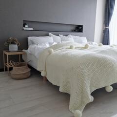 寝室/寝室インテリア/主寝室/ベッドカバー/IKEA/北欧インテリア/... ベッドを斜めから見たところです。ニットの…