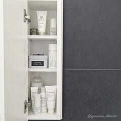 ホワイトインテリア/シンプルインテリア/白黒/スキンケア/洗面所収納/海外インテリア/... 洗面所のこの棚は私の専用棚です。日焼け止…