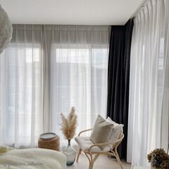 主寝室/カーテン/モノトーンインテリア/海外インテリア/北欧インテリア 寝室のカーテンは天井から吊り下がるタイプ…