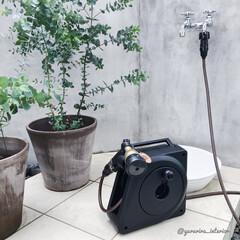 モノトーンインテリア/ホース/水まきホース/ガーデニング/庭/外構/... 庭いじりが楽しい季節ですよね。我が家の水…
