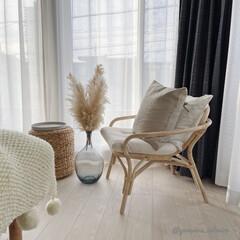 ナチュラルインテリア/海外インテリア/北欧インテリア/モノトーンインテリア/パーソナルチェア/パンパスグラス 主寝室の窓際に置いたパーソナルチェア。座…
