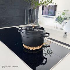 モノトーンインテリア/海外インテリア/北欧インテリア/キッチン雑貨/鍋敷き/ストウブ鍋 愛用している鍋敷きは藁で編まれた手作りの…