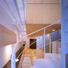 名古屋/クリフローリング/フロストガラス/ファインフロア 螺旋階段と浮遊する木ボックス。