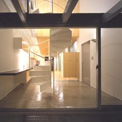 名古屋/エキスパンドメタル、螺旋階段 南テラスから玄関を見る、下部はバスルーム…