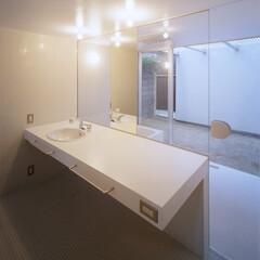 名古屋/ガラス扉/モザイクタイル 広々としたバスルーム、庭に連続する。