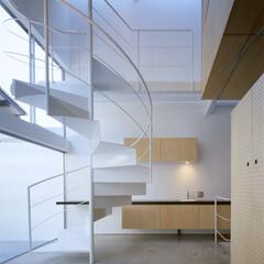 名古屋/モルタル床、螺旋階段 玄関正面は手洗器。