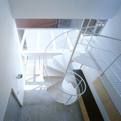 名古屋/モルタル床、螺旋階段 玄関上部、テラスと螺旋階段。