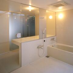 名古屋/ガラス扉/モザイクタイル/フロストガラス バスルームを通してガレージに光を導く。