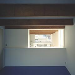 豊川市/リノリウム 主室と窓で繋がる主審室。