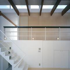 豊川市/ハイサイドライト 半階上の通路と手摺棚、ハイサイドライト。