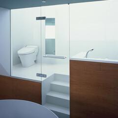 大井町/モザイクタイル/ガラス仕切り 寝室よりバスルームを見る。