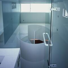 大井町/モザイクタイル/ガラス仕切り バスルームより寝室を見る。