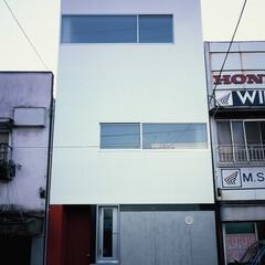 大井町/狭小/店舗併用/屋上テラス 白い外壁部分が住居。