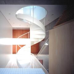 大井町/螺旋階段/桐フローリング/狭小 桐フローリングと螺旋階段,手前はキッチン。