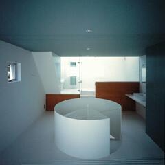 大井町/螺旋階段/白タイル 螺旋階段のスチール製手摺が空間を分ける。