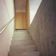 大井町/狭小/店舗併用/モルタル 階段上が住居の入口。