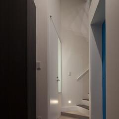 亀戸/狭小/三角形/フロストガラス エントランスの正面は2階への階段。