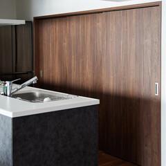 キッチン/パントリー/家事効率 キッチンの背面にはパントリーと洗濯機置場…