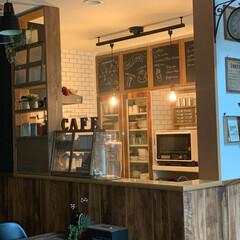 黒板アート/棚DIY/木目調壁紙/カフェ風インテリア/男前ナチュラル/ハンドメイド/... キッチンにつけたダクトレールペンダントラ…