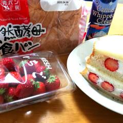 業務スーパー/スプレーホイップクリーム/イチゴサンド/おやつ/おうちカフェ 業務スーパーで買った天然酵母食パンとスプ…