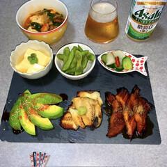 晩ごはん/晩酌ご飯/晩酌/100均/節約/ダイソー/... 晩酌ご飯です。 鰻、白焼き、蒲焼。アボカ…