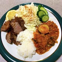 低糖質/ダイエット食/お昼ご飯/おうちごはん/節約/ランチ/... お昼ご飯。 牛もも肉のステーキ。千切りキ…
